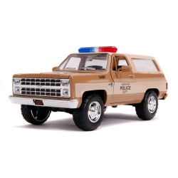 REPLIQUE STRANGER THINGS HOPPER CHEVY BLAZER WITH POLICE BADGE 1:24 - Figurines au prix de 29,95 €